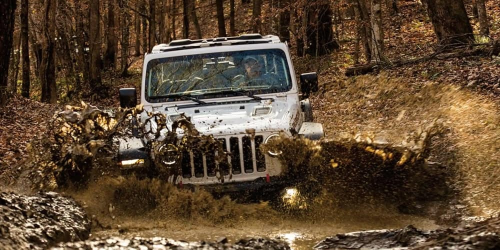jeep-wrangler-riding-through-mud