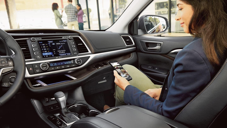 2019 Toyota Highlander dashboard technology