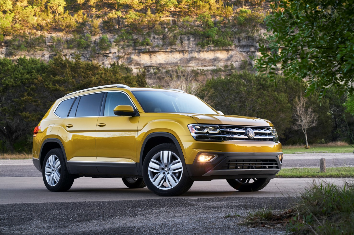 2018 Volkswagen Atlas Yellow Front Side Exterior