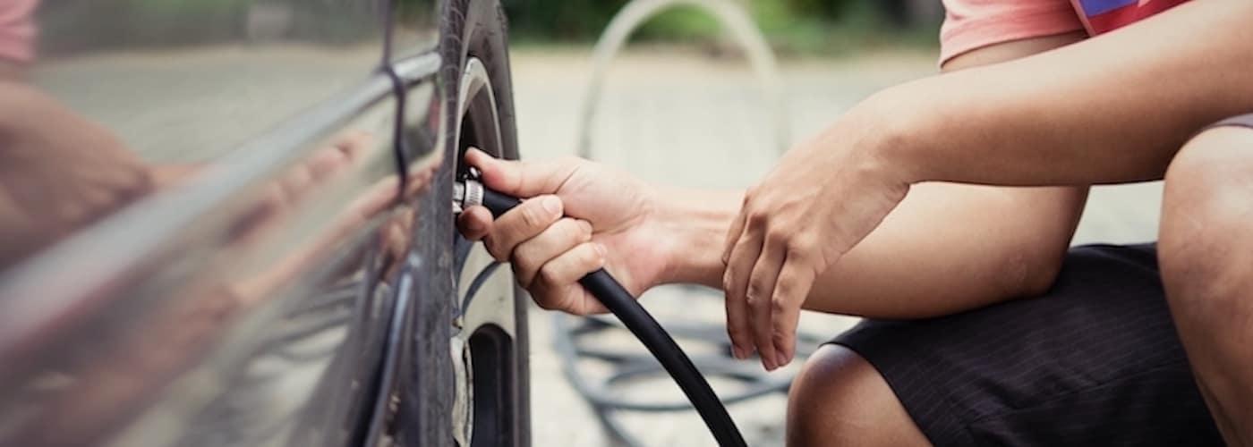 Man-checking-tire-pressure_116767146