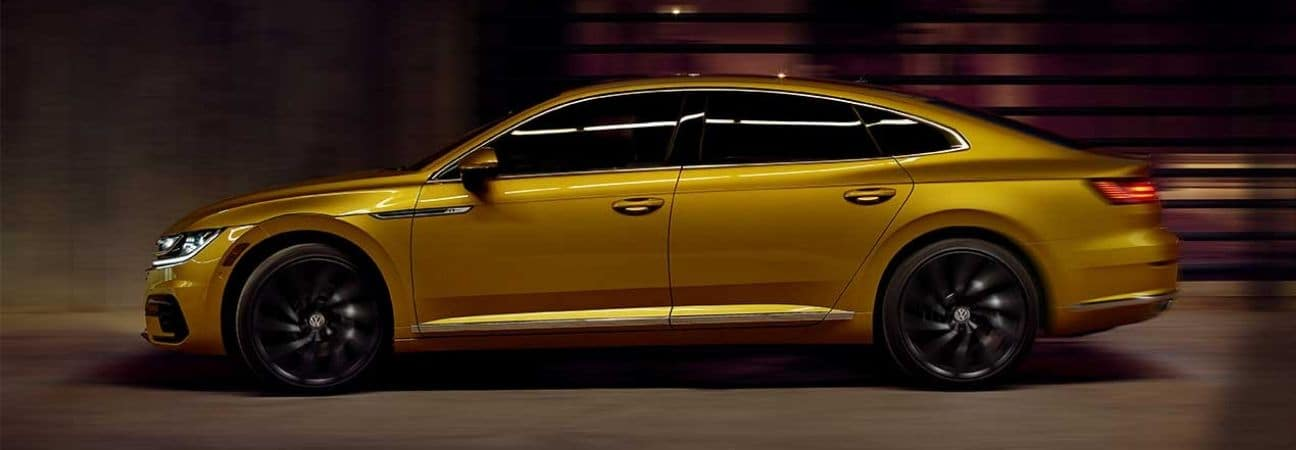 2019 volkswagen arteon driving through the city at night
